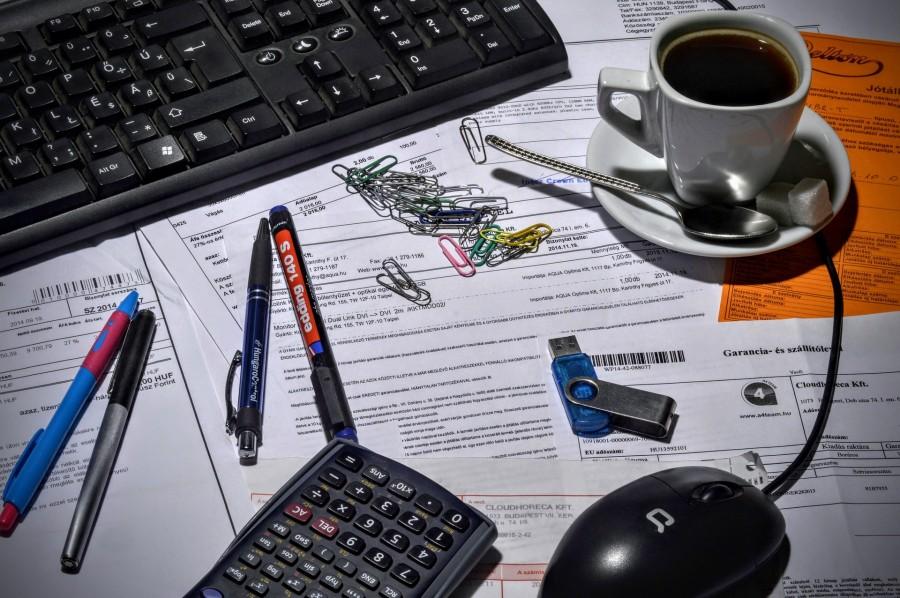 Facturas, calculadora, café y ordenador.