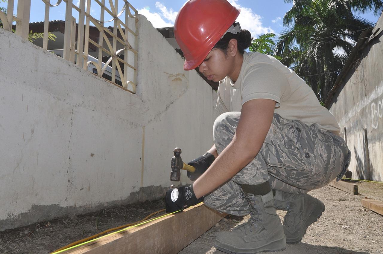 mujer trabaja en la construcción
