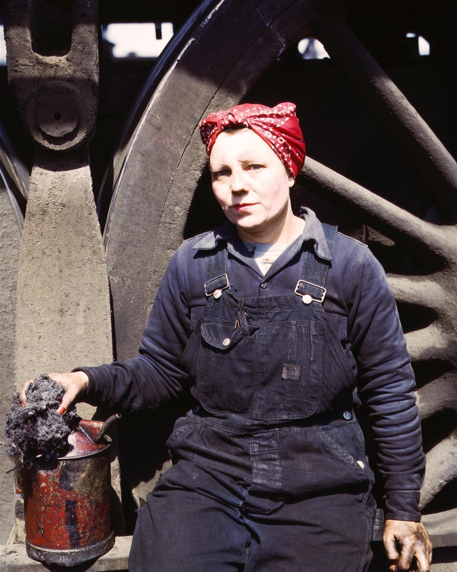 mujer trabaja en una fábrica