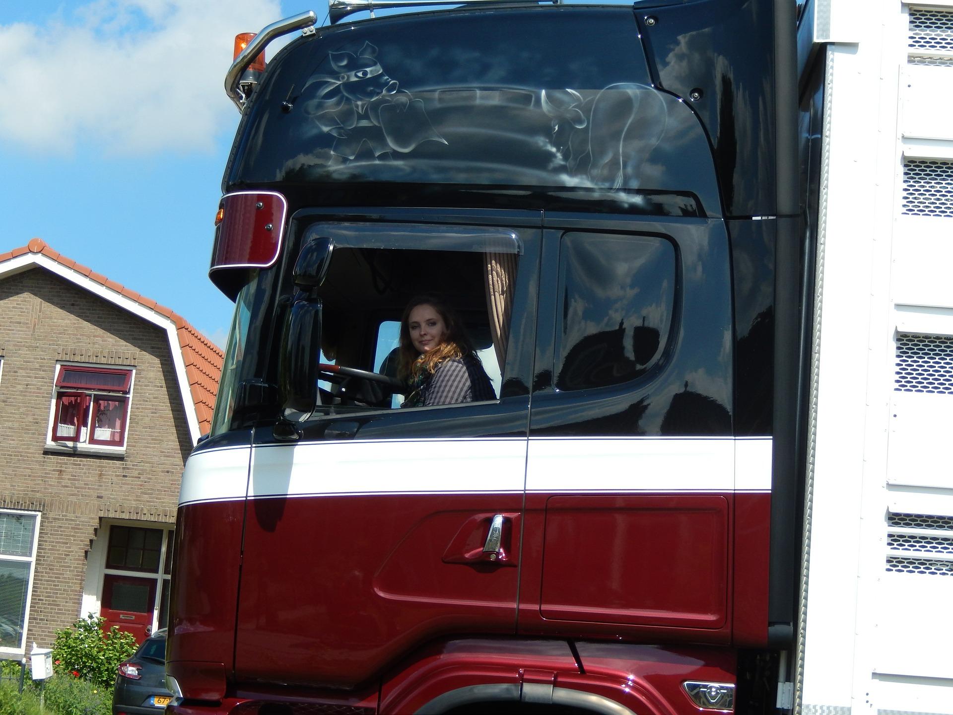mujer conduce transporte público