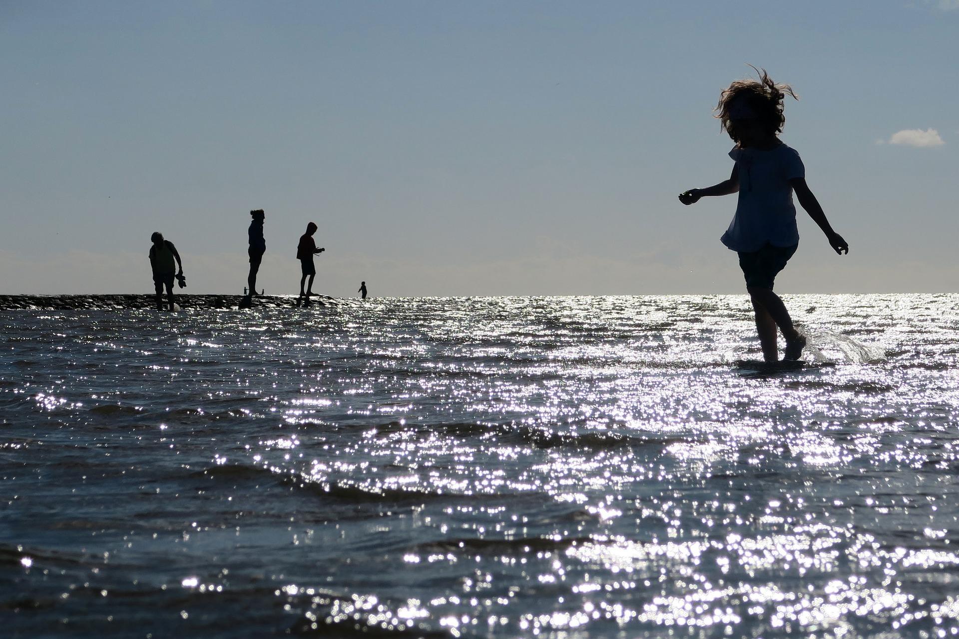 niña caminando sobre el agua