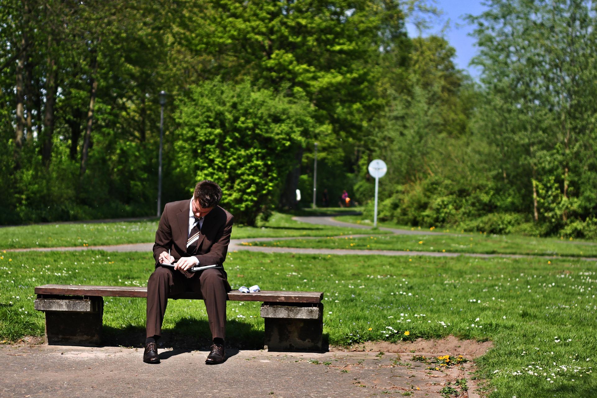trabajador en un banco del parque