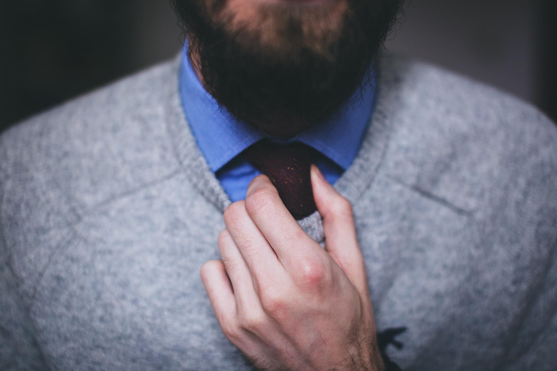hombre ajustándose la corbata
