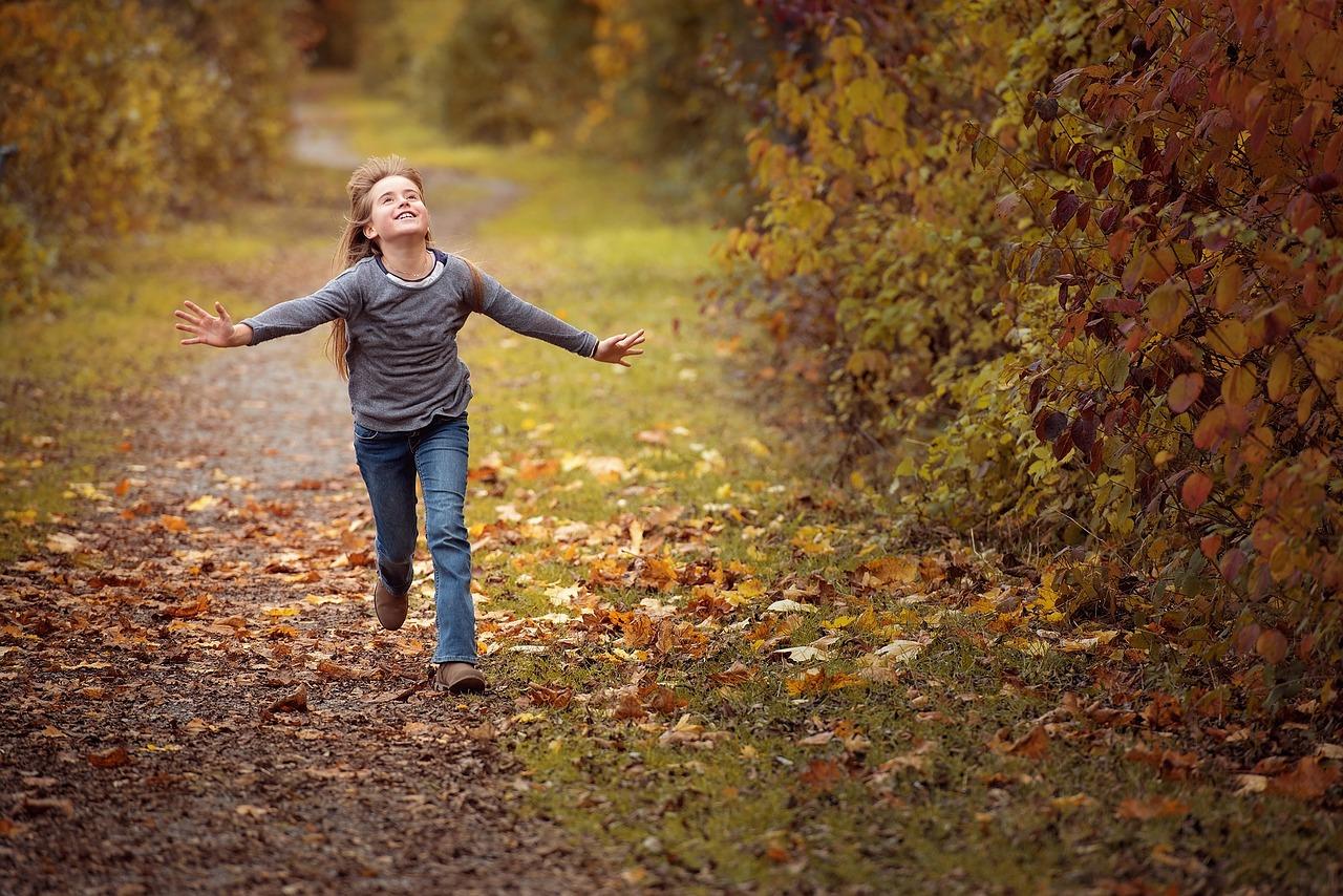 niña corriendo por el campo